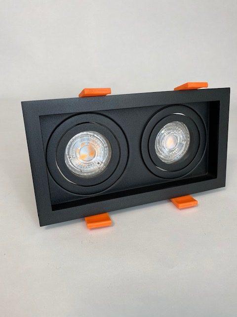 Vooraanzicht zwarte vierkante Inbouwspot met 2 lichten
