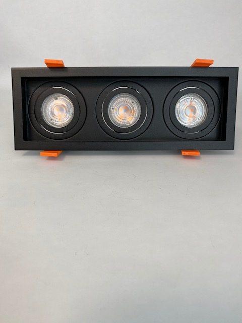 Vooraanzicht zwarte vierkante Inbouwspot met 3 lichten