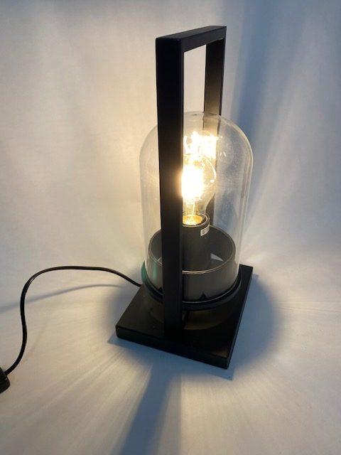 Zijaanzicht van een prachtige tafellamp stolp groot met LED Filament die aan staat.