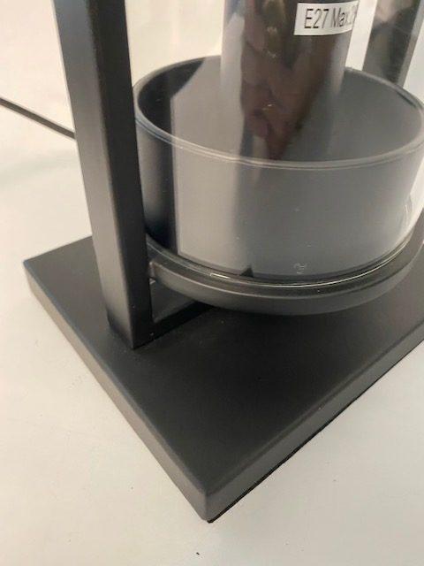 Ingezoomde afbeelding van een prachtige tafellamp kleine stolp.