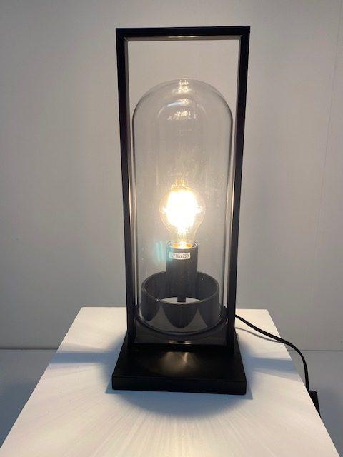 Prachtige metalen tafellamp met een glazen stol van binnen.