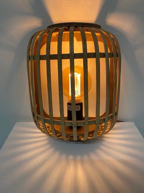 Vooraanzicht prachtige houten wandlamp genaamd Malacca voorzien van een lichtgevend LED filament.