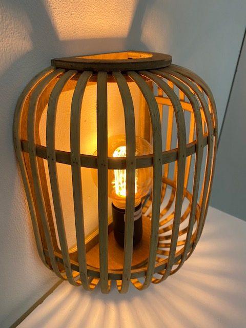 Prachtige houten wandlamp genaamd Malacca voorzien van een lichtgevend LED filament.